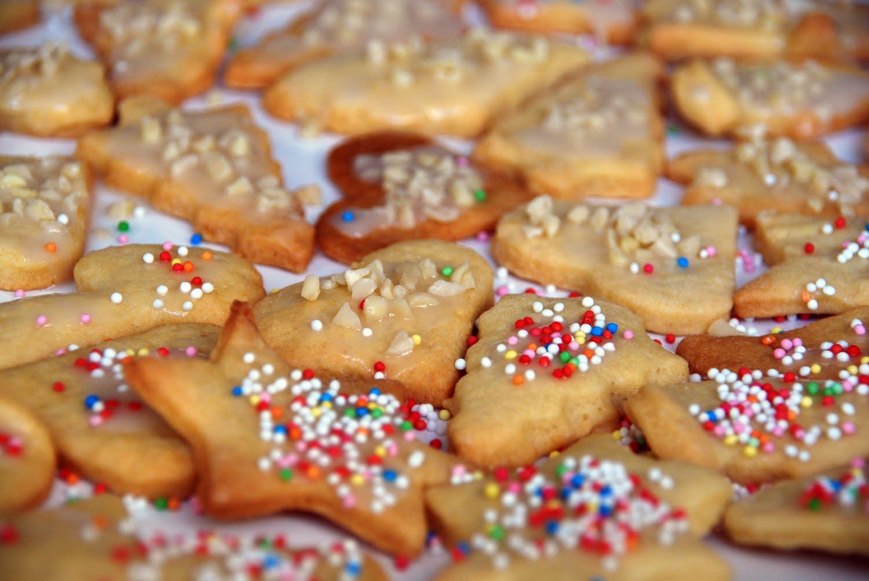 Kinder Weihnachtskekse.Termine Ferienprogramm